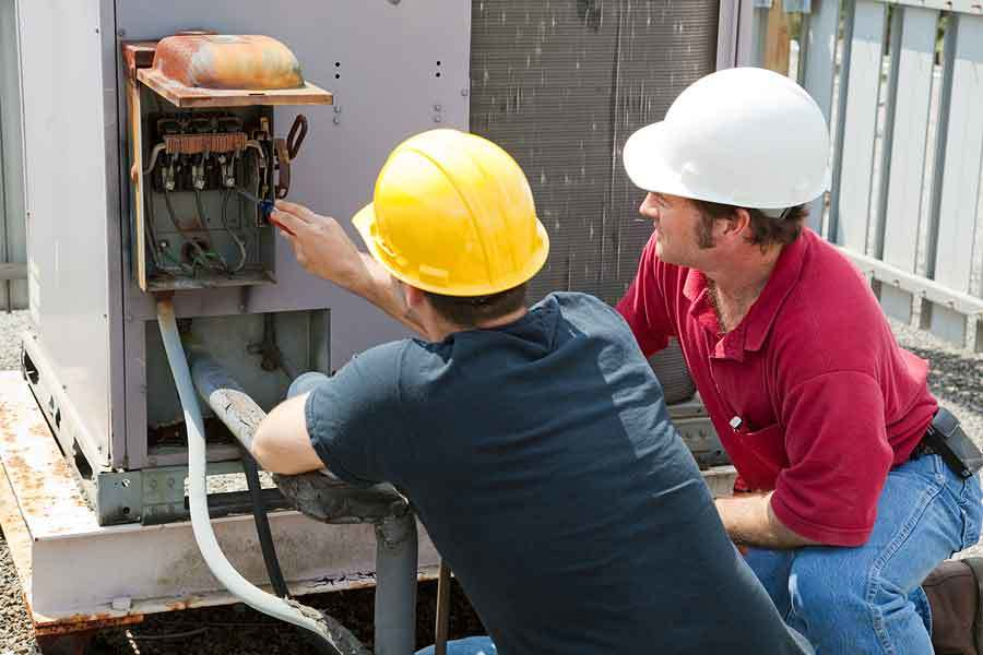 Commercial HVAC contractors repair rooftop units
